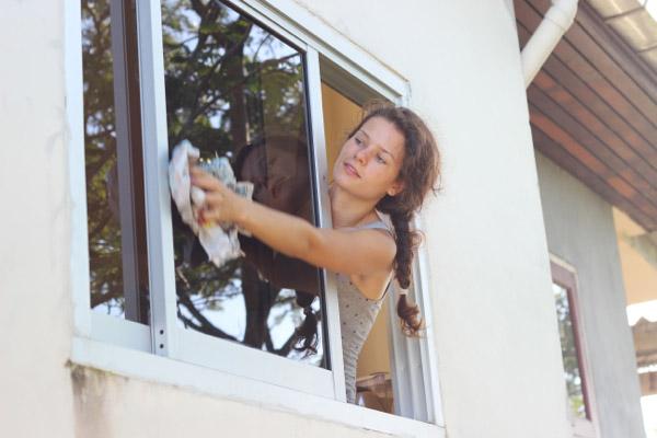 Алеся моет грязное окно
