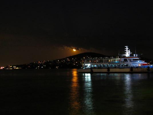 Полнолуние на острове Бююкада, самом большом острове среди Принцевых островов возле Стамбула