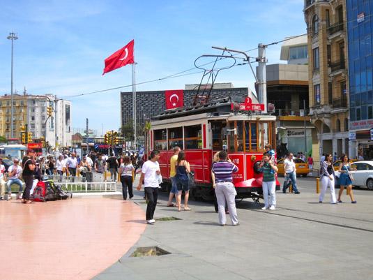 Трамвай возле центральной площади Стамбула — Таксим