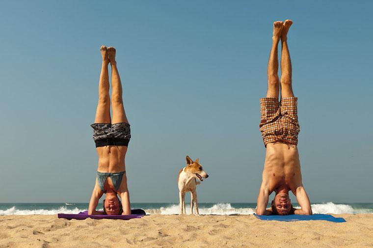 Мария и Алексей Глазуновы занимаются йогой на пляже в Индии