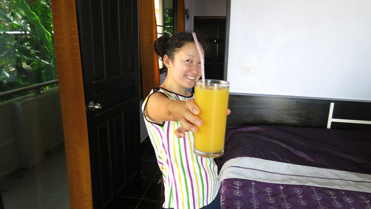 Катя, жена Саши, угощает меня самым вкусным манго шейком