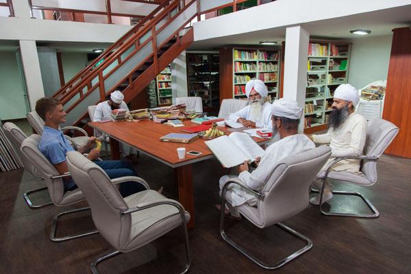 В библиотеке намдхари сикхов