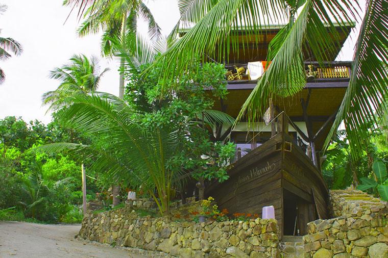 Дом-корабль среди кокосовых пальм