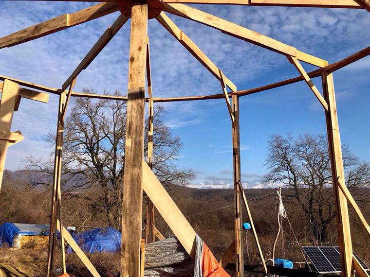 Строительство первого дома в экодеревне #Sunsurfers в Грузии